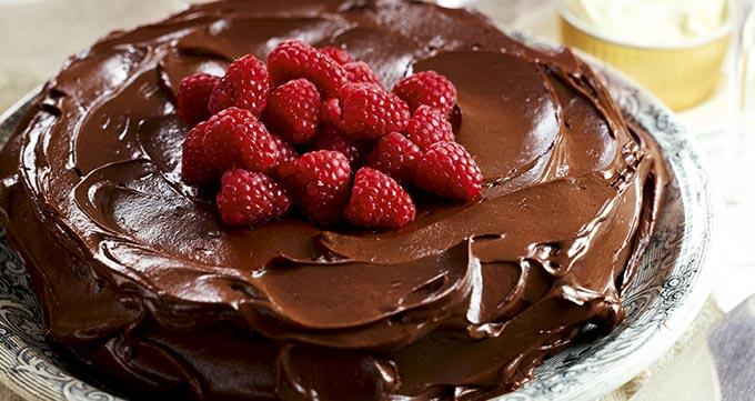 کیک بادام با تزیین میوه