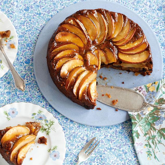 کیک ساده بدون شیر همراه با سیب و دارچین